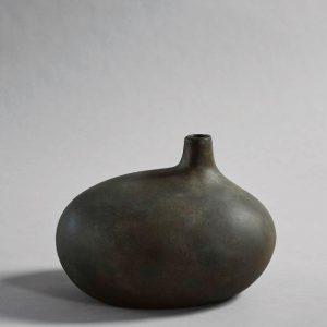 Unik keramik vase i en elegant og excentrisk form. Vasen er lavet i keramik og derefter håndglaseret, derfor kan der være små farve variationer