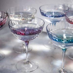 Champagneglas i 6 smukke farver. Disse smukke glas kaster et flot lys i deres mønster. Sættet er lavet i krysstalglas og kommer i 6 forskellige farver.
