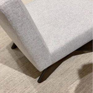 Lounge Chair i en smuk sand farve med flotte træben. Denne smukke loungestol er lavet i noget ekstra stærkt materiale og har en meget lækker kvalitet. Balie Balie, indretning, interiør, boligindretning, baliebalie, Frederiksberg, københavn, bali bali, balie, boliginteriør, bolig, butik, instagram, set på instagram, Sandra, instashopping, baliebalie_com