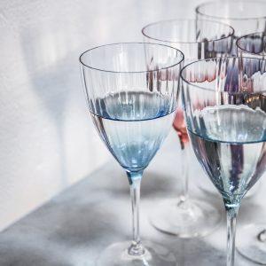 Disse smukke glas kaster et flot lys i deres mønster. Sættet er lavet i krysstalglas og kommer i 6 forskellige farver.